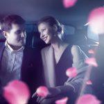 車内で微笑みあうカップル