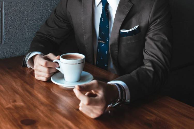 コーヒーを持つ男性