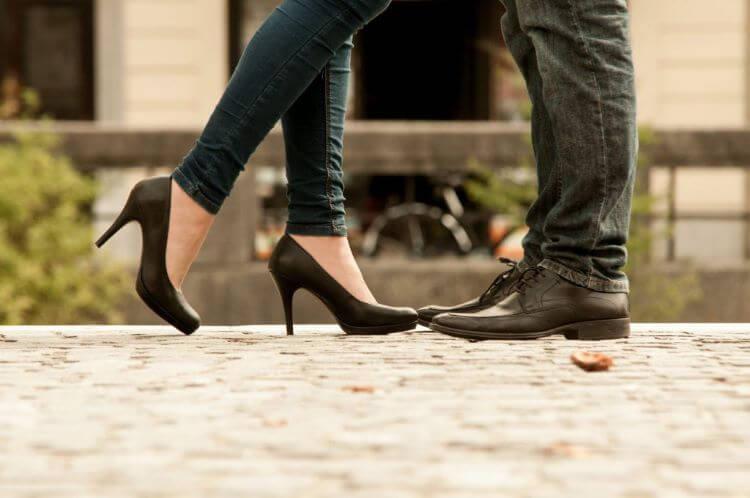 向かい合う男女の脚