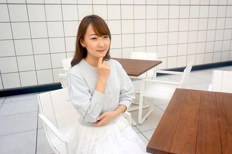 インタビューを受ける黎子さん