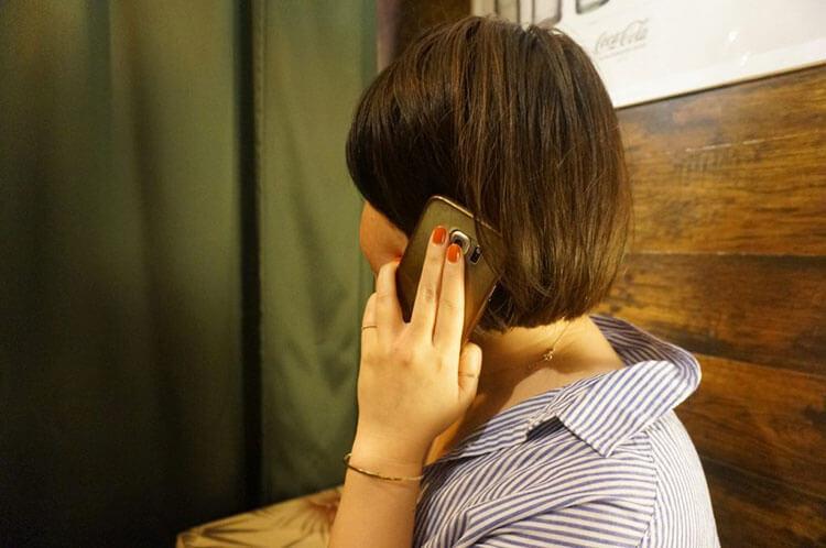 電話占い体験中の山中さん