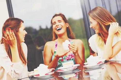 楽しく会話する女性3人