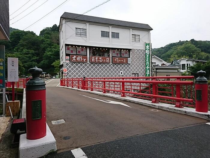 渡月橋と白い建物