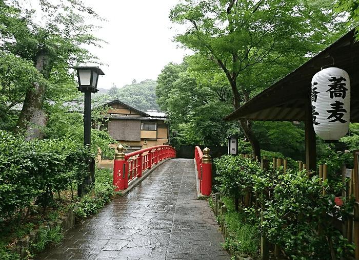 そば処と石畳と赤い橋