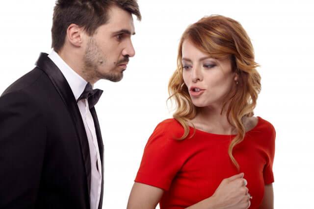 女性を食事に誘う既婚男性