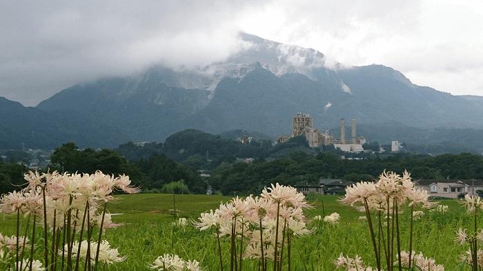 山と建造物と風景