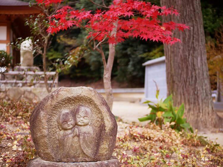 ふたご地蔵と紅葉