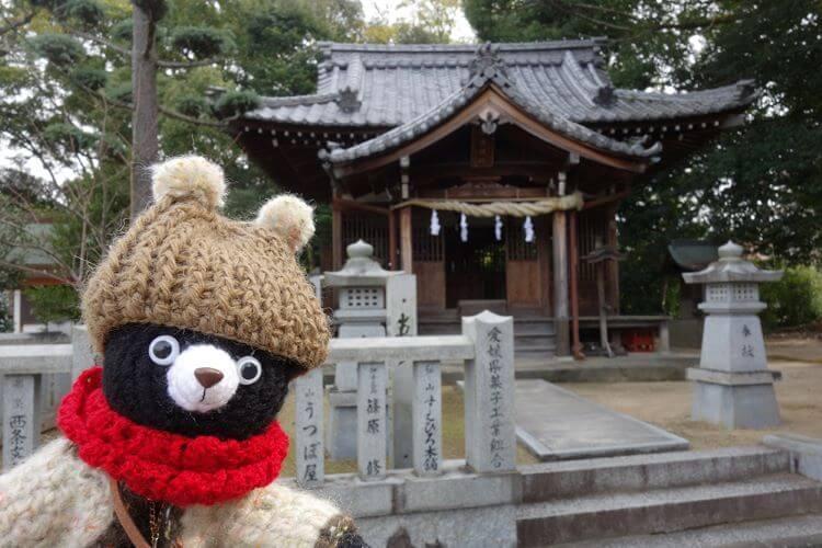 クマのぬいぐるみと神社