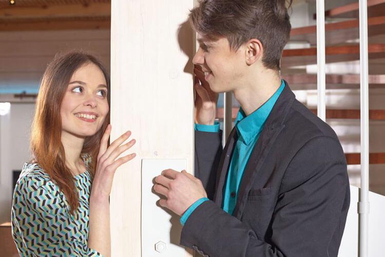 瞳孔で気になる相手の好意を見極め