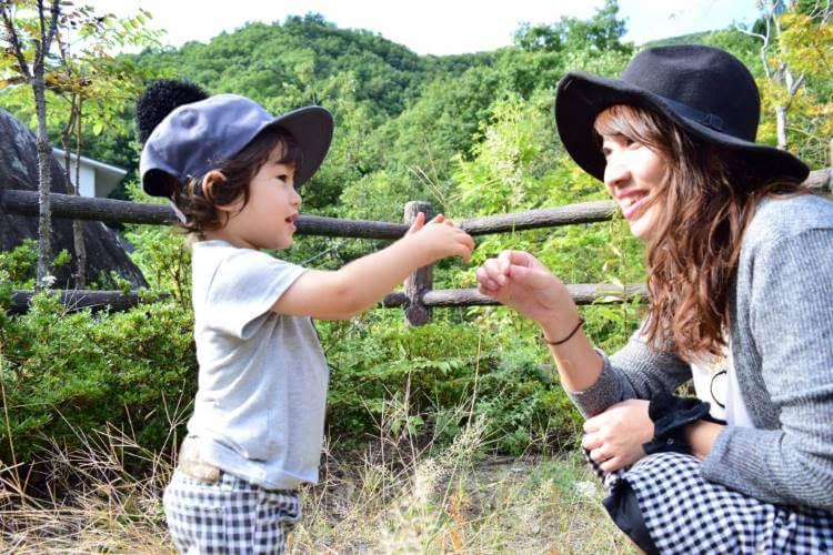 子供と遊ぶシングルマザー