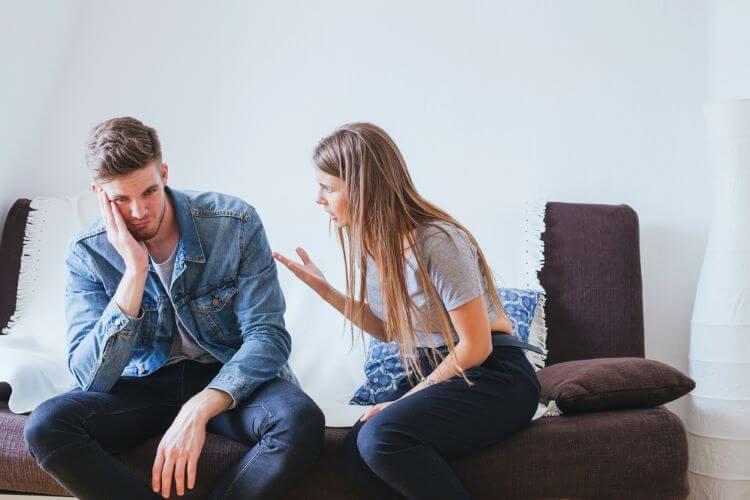 女性の話を無視する男性