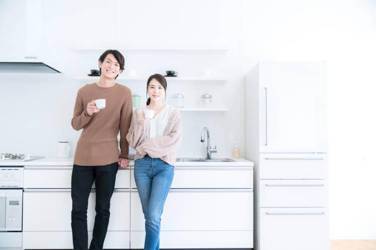 キッチンに仲良く立つ夫婦