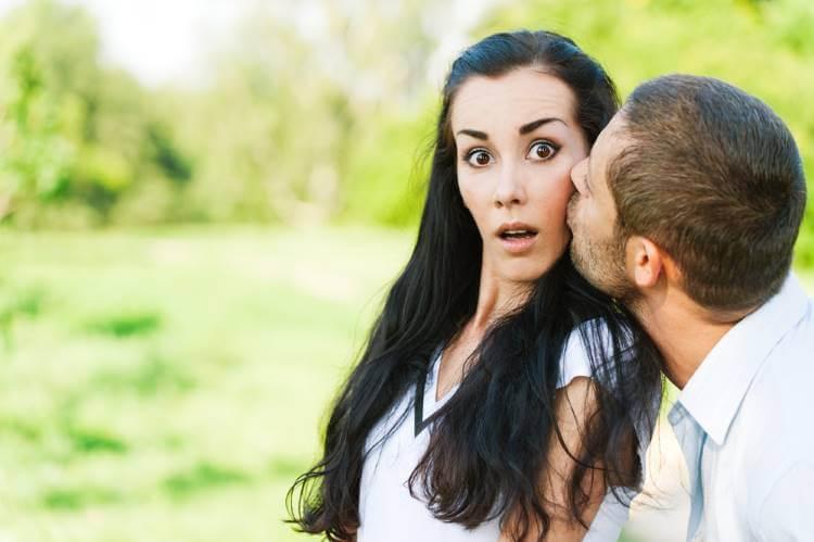 突然のキスに驚く女性
