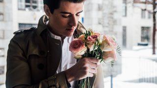 花を持つ外国人男性