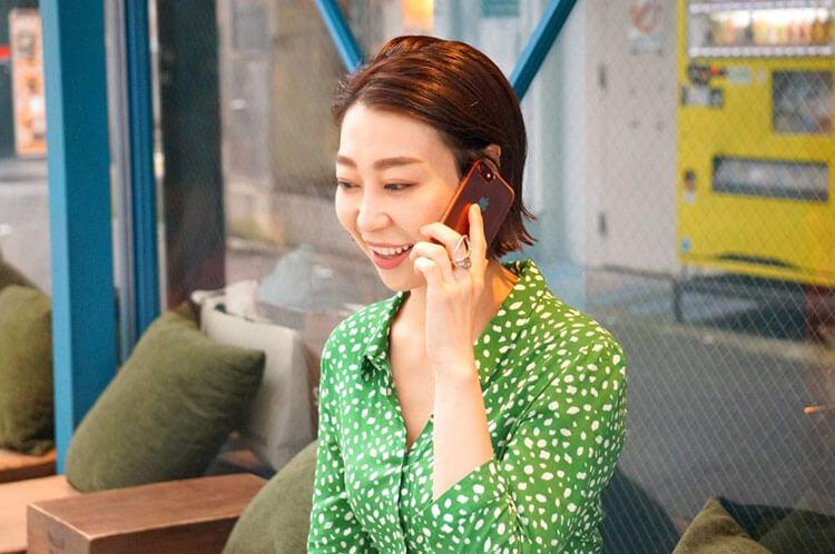 電話占いの感想を話す女性