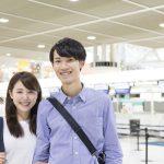 空港で微笑むカップル