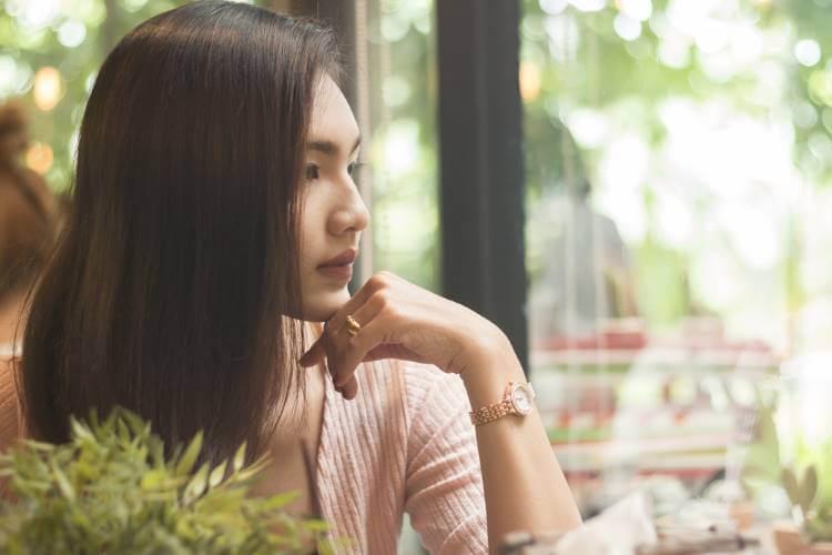 カフェで浮気相手を忘れようとする女性