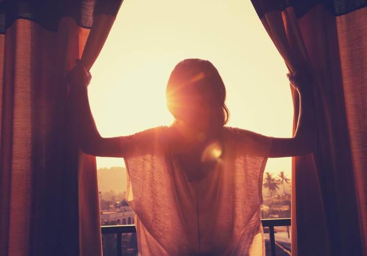不倫を克服して日の出を見る女性
