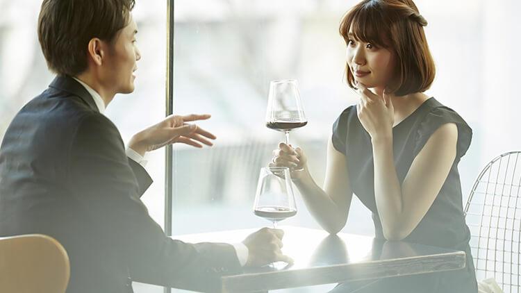 ワインを飲み交わす男女
