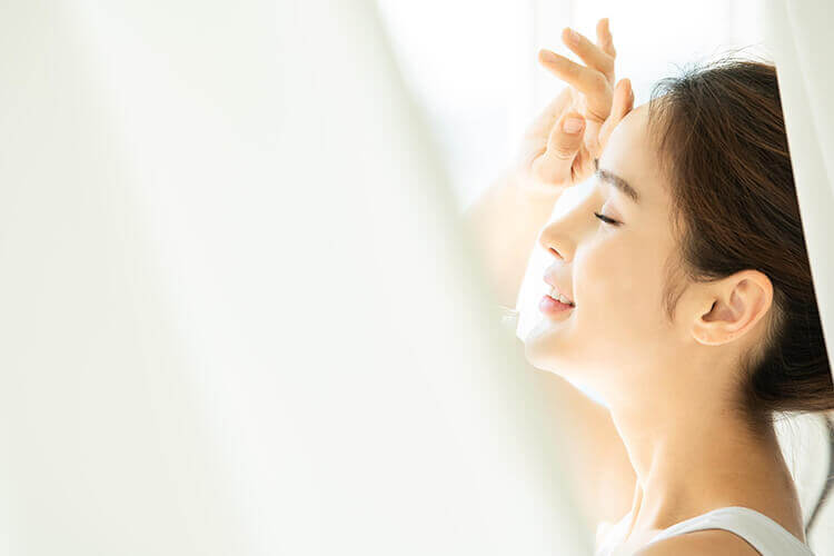 日光を浴びる女性