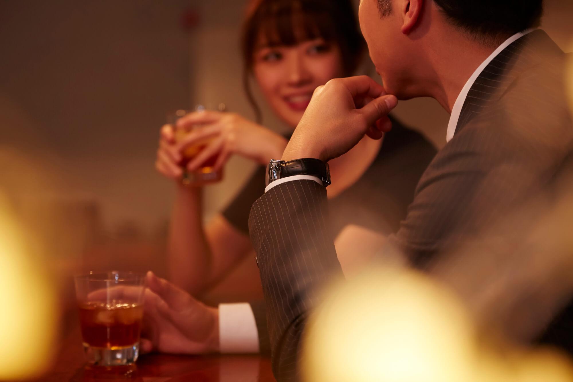 久しぶりの再会で既婚者同士の恋愛がスタート