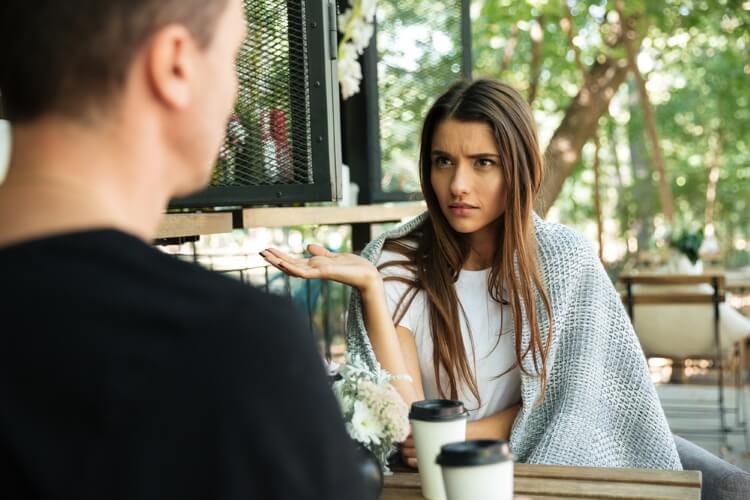 カフェで男を威圧する女性