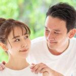 見つめ合う誠実な男性と女性